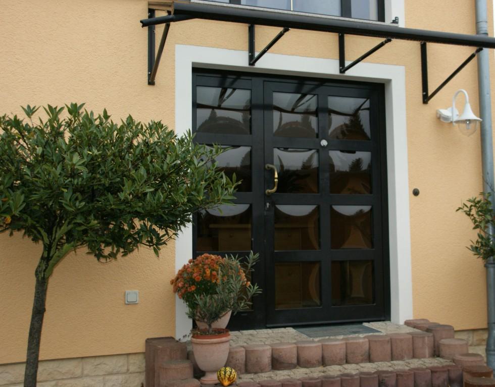 Haustür mit Vordach in Pirna
